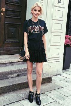Street style look com saia renda, t-shirt de banda e botas.