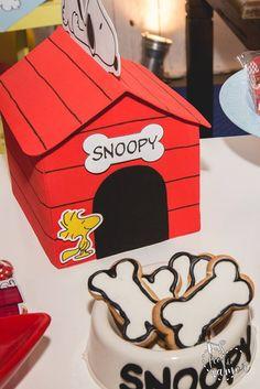 Centro de mesa Casinha do Snoopy mais potinho de cachorro! Snoopy Birthday, Snoopy Party, 2nd Birthday, Charlie Brown, First Birthdays, Target, Baby Shower, My Favorite Things, Jars