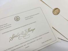 Convite personalizado, clássico em branco e prata com o fecho em brasão com as inicias dos noivos.