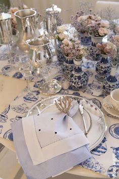Blue and White Table Settings Elegant Table Settings, Beautiful Table Settings, Vase Deco, Raindrops And Roses, Table Manners, Table Arrangements, Dinner Sets, Decoration Table, Table Linens