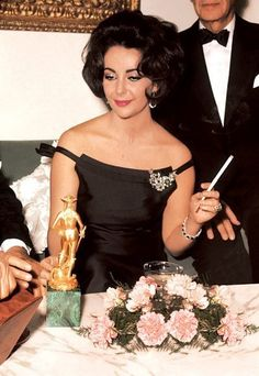 The famous Hollywood star Elizabeth Taylor was known not only for her exquisite beauty but also for the precious jewellery pieces that. Golden Age Of Hollywood, Vintage Hollywood, Hollywood Glamour, Hollywood Stars, Timeless Beauty, Classic Beauty, Iconic Beauty, Elizabeth Taylor Schmuck, Showgirls