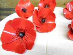 Papavers of klaprozen in keramiek Ceramic Poppies, Ceramic Flowers, Hand Built Pottery, Arts And Crafts, Diy Crafts, Pottery Designs, Air Dry Clay, Plastic Bottles, Garden Art