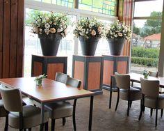 Decoratiestyling met decoratietakken en zijde bloemen www.decoratiestyling.nl