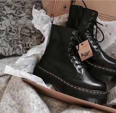 Timberland Boots, an American Icon ~ Fashion & Style Dr Shoes, Tennis Shoes Outfit, Swag Shoes, Me Too Shoes, Shoes Heels, Pretty Shoes, Cute Shoes, Mode Converse, Sneakers Fashion