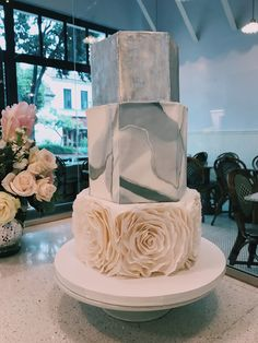 A classic and elegant design by Lilac Pâtisserie.
