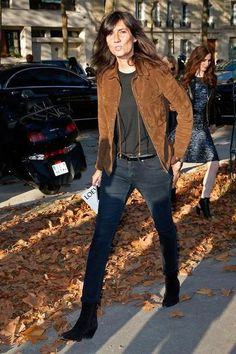 During Paris Fashion Week, the magazine editor perfectly paired a suede fringe jacket with black skinny jeans.