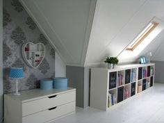 Floors zolderkamer 9. Storage and grey walls in girls' loft/attic bedroom