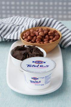 Peppe den reichhaltigen und cremigen Geschmack von FAGE Total 0,2% mit Schokolade und Nüssen auf!