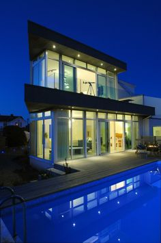 The blue sky dan blue pool make the house looks  even more amazing