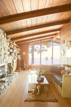 """and Madgi's Gem of a Beach Cabin I know this really isn't a """"Tiny House"""" but I love it.Chris and Madgi's Gem of a Beach Cabin — House TourI know this really isn't a """"Tiny House"""" but I love it.Chris and Madgi's Gem of a Beach Cabin — House Tour 70s Home Decor, Beach House Decor, Retro Beach House, Beach Houses, 1970s Decor, Home Design, Casa Retro, A Frame Cabin, Boho Home"""
