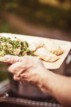 Die Kärntner Kasnudl ist mehr als nur eine österreichische Pasta-Variante. Sie ist Kindheitserinnerung, Kulturgut und in vielen Familien auch ein gut gehütetes Geheimnis. Vor allem aber ist die Kasnudl aber eines: unglaublich gut! Für viele gehört sie zu einem erfolgreichen Wandertag wie der Sonnenschirm an den Strand. Daher verraten wir euch heute das Rezept von Ullis Oma für diese buttrige Kärntner Spezialität 👇 Strand, Pasta, Childhood Memories, Families, Recipies, Pasta Recipes, Pasta Dishes