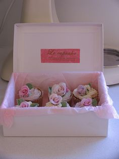 Flower cupcakes by kylie lambert (Le Cupcake), via Flickr