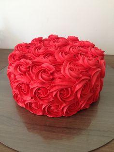 Bolo com recheio de ovomaltine decorado com rosas de chantininho vermelho!