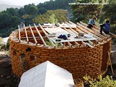 10 Reasons to Build an Earthbag House – Green Homes My earthbag home has liberated me from a mortgage. The technique has numerous benefits. Here's my list of why anyone might want to think about an earthbag home. Cob Building, Green Building, Building A House, Earthship, Super Adobe, Eco Construction, Earth Bag Homes, Tadelakt, Natural Homes