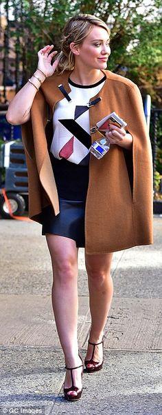 Городской шик: Лиззи Макгуайр звезда в паре с ней обертывание-более обтягивающую юбку с гр...