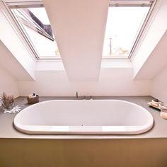 1 Likes - Entdecke das Bild von FreudenspielElisabethZola auf COUCHstyle zu 'Badewanne in Podest eingelassen #dachschräge #badewa...'.