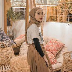 Tips mengenakan kaos pendek untuk hijabers – N&D – Hijab Fashion 2020 Modern Hijab Fashion, Street Hijab Fashion, Hijab Fashion Inspiration, Muslim Fashion, Skirt Fashion, Fashion Outfits, Hijab Casual, Ootd Hijab, Hijab Chic