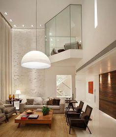 Un loft sin problemas de espacio, pero en el que se ha decidido prescindir de más sofás a costa de unas ligeras butacas.