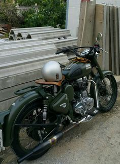 Royal Enfield Classic 350 'Brat Bobber' by Customs – About Cafe Racers Enfield Motorcycle, Enfield Bike, Royal Enfield Bullet, Green Motorcycle, Womens Motorcycle Helmets, Motorcycle Girls, Scooters, Royal Enfield Classic 350cc, Old Bullet