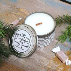 Käsin soijavahasta tehty vegaaninen kynttilä metallipurkissa. Tuoksuna pehmeä vanhanajan vanilja. Tunnelmallisesti rätisevä puusydän. Ihana joululahja äidille tai ystävälle! Tea Lights, Wax, Beans, Candles, Gate Valve, Tea Light Candles, Candy, Candle Sticks, Laundry