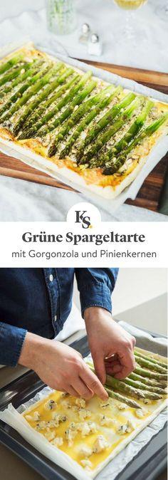 Die Hauptzutat der schnellen und einfachen #Tarte ist grüner #Spargel, der auf knusprigem Blätterteig gebacken und geschmacklich mit würzigem #Gorgonzolakäse, feinen Kräutern und aromatischem Knoblauch kombiniert wird. Schnell und unglaublich lecker! #Rezept #Kochen