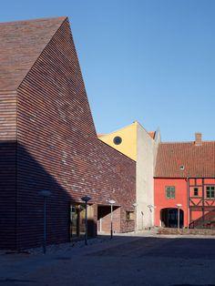 Für die Erweiterung eines Museums im dänischen Sorø wählten die Architekten Ziegel von Petersen Tegl und verkleideten damit sogar das Dach.