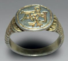 Signet ring RING CALLED DEALER silver gilt and engraved H. 2.5 cm Germany or Flanders - Mid-sixteenth century Good condition Large ring man for official documents, the oval bezel is engraved in hollow letters L and A together by an interlacing