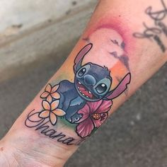 Stitch tattoo by Michela Bottin. Disney Stitch Tattoo, Disney Tattoos, Disney Inspired Tattoos, Disney Sleeve Tattoos, Nerdy Tattoos, Body Art Tattoos, Hannah Tattoo, Tattoo Motive, Arm Tattoo