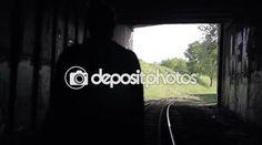 Der Mann geht in einen Tunnel auf Gleisen — Stockvideo #117250958