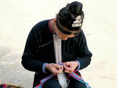 A Lanten ethnic minority woman sews traditional clothing Ban Pakha Luang Namtha province Lao PDR The Lanten or Yao Mun are a small but distinctive...