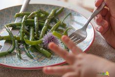 De la huerta a la mesa: judías verdes con flores de cebollino y ajedrea Celery, Vegetables, Tableware, Food, Fall Vegetables, Salads, Recipes, Green Beans, Edible Plants