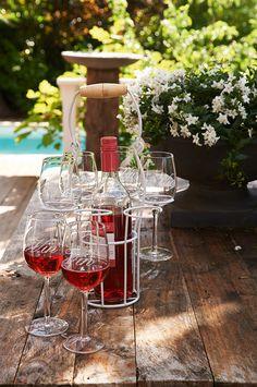 ''Vin garden set'' Met deze wijnset komen de glazen altijd veilig achterin de tuin aan! #RMoutdoor #rivieramaison www.bellisimo.nu