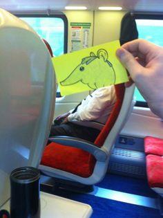 Les passagers d'un wagon transformés en personnage de cartoon à l'aide de post-its - Image