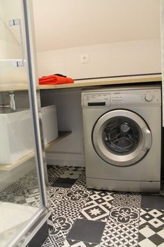 Carreaux de ciment Gatsby noir et blanc de Leroy Merlin pour le sol de cette salle de bain @ Marion Tournadre, Décoration et rénovation d'intérieur, www.secrets-deco.fr