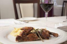 Mistkratzerli mit Pommes frites und einem Glas Rotwein 😍