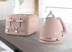 Stylish Toasters And Kettles: 3 Colour Trends For Your Kitchen Kitchen Supplies, Kitchen Items, Kitchen Utensils, Kitchen Gadgets, Kitchen Decor, Kitchen Appliances, Kitchen Things, Kettle And Toaster, Rose Gold Kitchen
