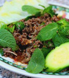 Haché boeuf au riz frit,  le Lab est un plat cambodgien servi avec des légumes croquants tels que concombre, haricots frais et chou blanc