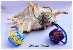 Ciondoli interamente realizzati a mano con tecnica di tessitura di perline.
