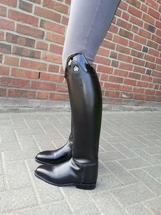Nice shiny bow, I love that boot style.