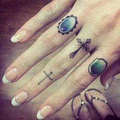 Grande tatuagem de design de Gemas e uma Cruz nos Dedos
