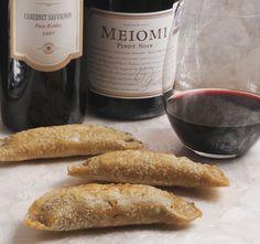 Empanadas de cuitlacoche o huitlacoche.  Ideales con un Pinot Noir como botana o entrada de cualquier comida mexicana. Se preparan en un momentito y se sirven calientes.