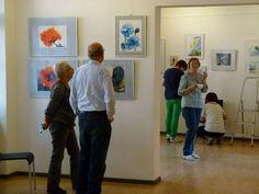 "Ausstellung ""Faszination Aquarell"" in der MV-Fotogalerie | Malschüler beim Hängen der Bilder (c) FRank Koebsch (1)"