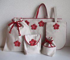 「もし、私に娘がいたら」これを持って入園式の日、園の前で一緒に写真を撮りたいな、と思いながら製作しました。赤と白のシンプルな配色とデザインで梅の花のかわいらしさがきわだち、小さな女の子にぜひ持っていただきたいセットです。・梅の花は、膨らみを持たせるため化繊綿を入れてあります しっかりと縫い付けてありますのでお洗濯も大丈夫(ネットに入れてくださいね)・5点すべてに裏をつけました。・お弁当袋は封筒型、飛び出し防止に入口にはゴムを入れてあります マジックテープでふたの開け閉めも楽にできます。見た目よりたっぷりと入ります。【サイズ】・レッスンバッグ 縦 30.0cm 横 40cm 持ち手高さ 11cm・シューズケース 縦 28.0cm 横 20.5cm 持ち手高さ 15cm・着替え入れ袋 縦 35.0cm 横 30.0cm・お弁当袋 縦 17.0cm 横 13.0cm まち 5.0cm・コップ入れ 縦 18.0cm 横 18.0cm まち 6.0cm最後までご覧いただきありがとうございました。