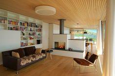 moderne Gestaltung mit Kamin in einem Raumteiler als Wand