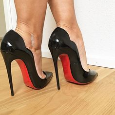 Black pumps and toe cleavage. The most beautiful killer heels. Red Sole Heels, Black Stiletto Heels, High Heels Stilettos, High Heel Boots, Sexy Heels, Shoes Heels, Extreme High Heels, Black High Heels, Louboutin High Heels