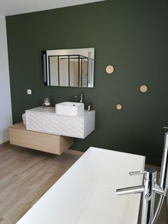 Misez sur le vert : rafraîchissant, naturel et vivifiant ! Baby Bathroom, White Bathroom, Small Bathroom, Powder Room Decor, Budget Bathroom Remodel, Scandinavian Bathroom, Asian Decor, Bathroom Colors, Bath Decor