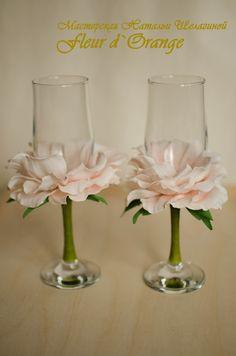 Resultado de imagem para bridesmaids bouquet ideas with stemmed glasses Wedding Wine Glasses, Diy Wine Glasses, Decorated Wine Glasses, Diy Wedding, Wedding Gifts, Bottle Crafts, Flower Crafts, Paper Flowers, Diy Gifts