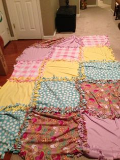 No-Sew Fleece Quilt – The Monstrosity of a Project – fee's bites Diy Blankets No Sew, No Sew Fleece Blanket, Fleece Hats, Baby Blanket Crochet, Fleece Blankets, Baby Blankets, Quilted Gifts, Tie Quilt, Quilt Tutorials