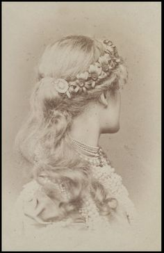 """""""This might be the most unusual theatrical portrait I've ever seen: the back of Ellen Terry's head as Juliet in Victorian Era Hairstyles, Vintage Hairstyles, Fine Art Photo, Photo Art, Vintage Photographs, Vintage Images, Art Nouveau Mucha, Historical Hairstyles, Pre Raphaelite"""