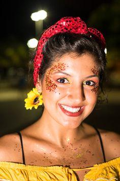 Fantasias com acessórios de cabeça fazem sucesso nos blocos de Carnaval Carne, Make Up, Glitter, Cosplay, Crown, Festivals, Pasta, Chocolate, Fashion